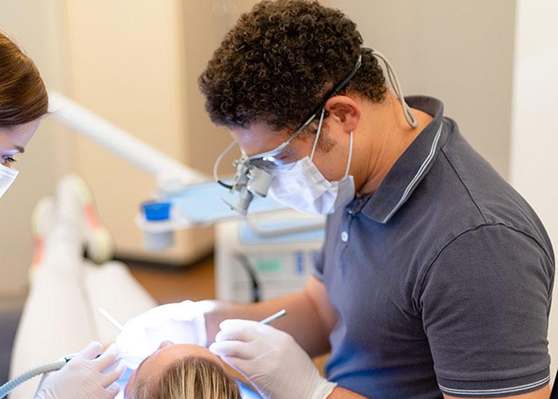 Zahnarzt Celestino während Behandlung
